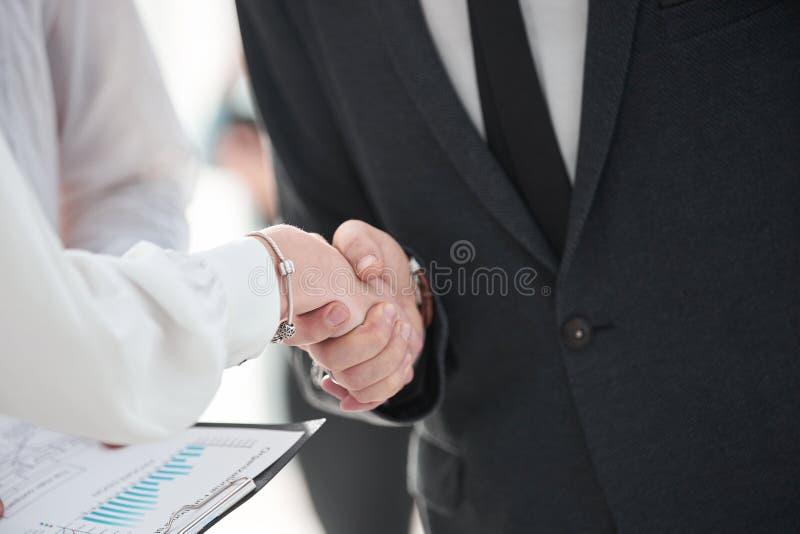 关闭 财政伙伴握手在谈论合同以后的 库存图片