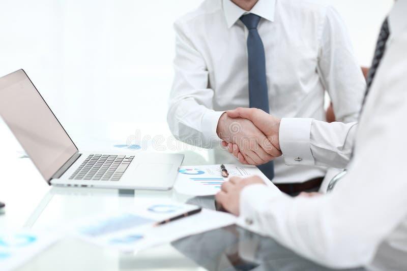 关闭 财政伙伴握手  合作的概念 库存图片