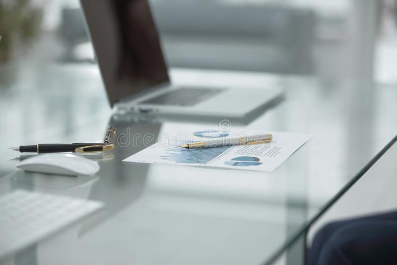 关闭 财政日程表和笔在桌上在商人 库存图片