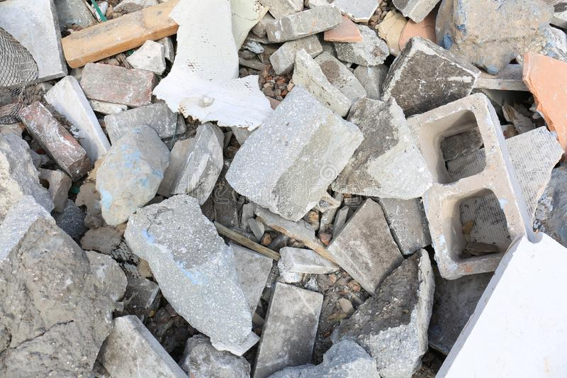 具体块和其他被浪费的石头在垃圾填埋 免版税库存照片