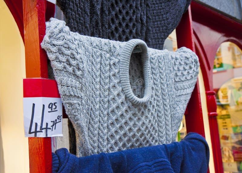典型的传统爱尔兰羊毛毛线衣卖了在折扣和暴露在商店之外用爱尔兰方式爱尔兰 免版税库存照片