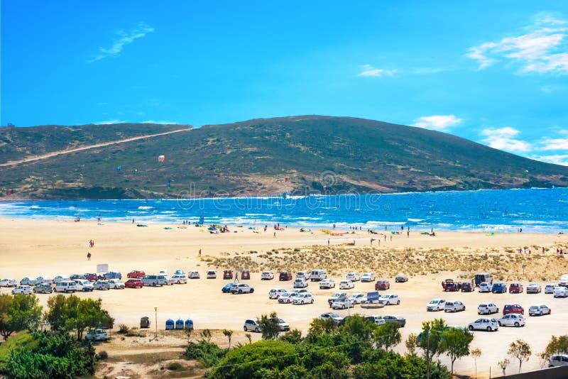 充分停车场在Prasonisi海滩停放的kitesurfers汽车罗得岛,希腊 库存照片