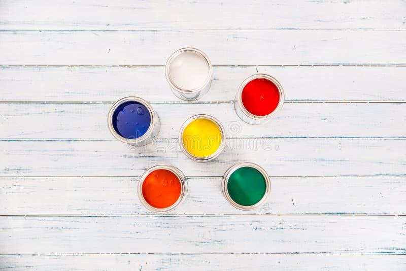 充分看法上面在桌上的多彩多姿的油漆罐头 免版税库存照片