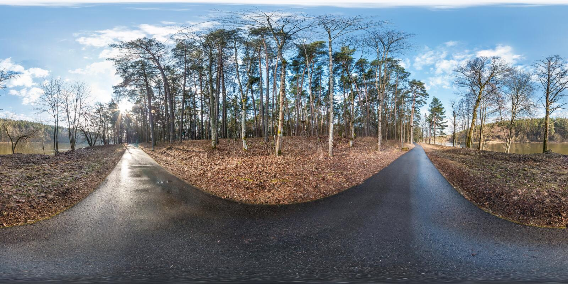 充分的球状hdri全景360度在沥青步行小径和自行车道道路的角度图在近波罗园森林里 库存照片