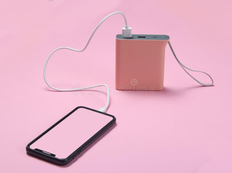 充电与力量银行的现代智能手机 图库摄影