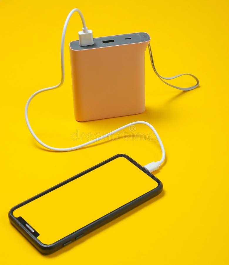 充电与力量银行的现代智能手机 库存照片
