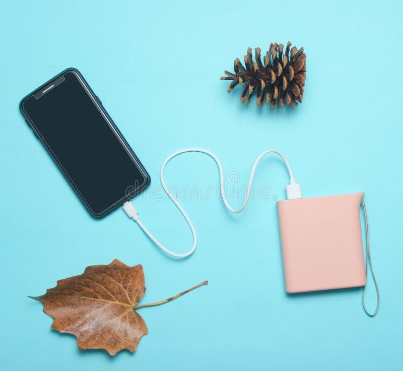 充电与力量银行的现代智能手机 免版税库存照片