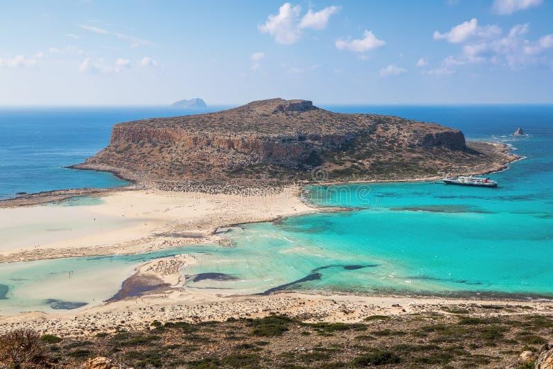 克利特海岸,Balos海湾,希腊 令人惊讶的沙子绿松石子线、与船的海和蓝色 普遍的旅游手段 免版税库存图片