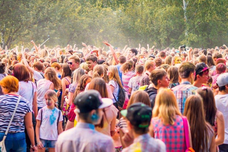 克麦罗沃州,俄罗斯,2018年6月24日:年轻人人群获得乐趣在颜色侯丽节节日  免版税库存照片