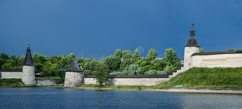 克里姆林宫的墙壁和塔的全景在普斯克夫俄罗斯 库存照片