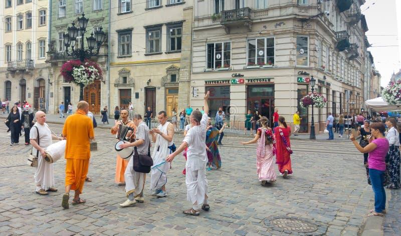 克里希纳舞蹈的献身者在利沃夫州,乌克兰中心广场的  图库摄影