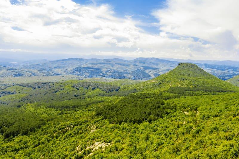 克里米亚半岛半岛的山和谷风景俯视山的类似金字塔 免版税库存照片