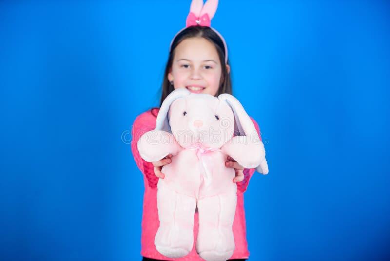 兔子兔宝宝耳朵的孩子 愉快的复活节 春天党 蛋狩猎 家庭假日 有野兔玩具的女孩 年轻人和 库存照片