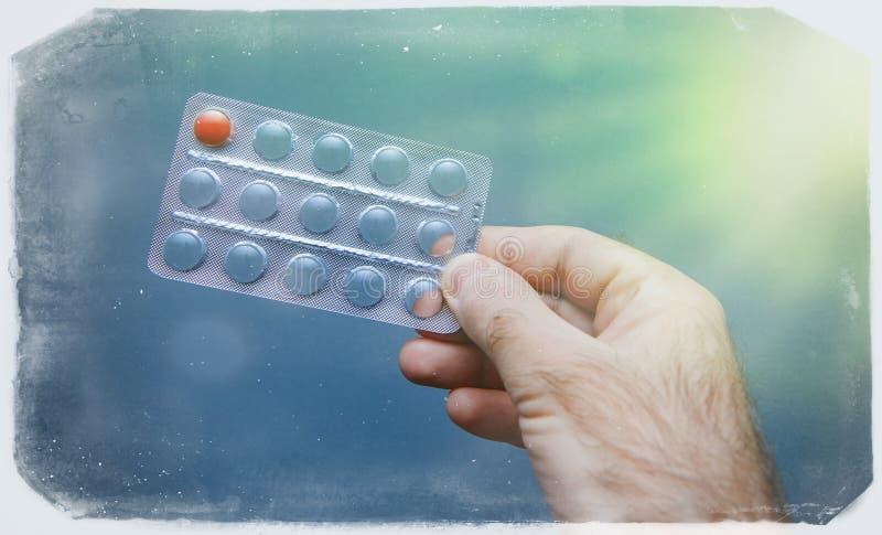 前个在男性手葡萄酒框架作用的药片医疗健康希望治疗 库存照片