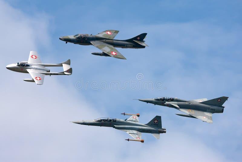 前瑞士空军喷气机的形成由de Havilland Vampire,叫卖小贩猎人、诺思罗普F-5和达萨尔Mir组成 库存照片
