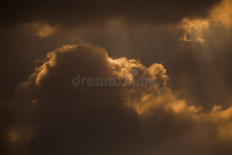 剧烈的云彩和太阳光芒 库存照片
