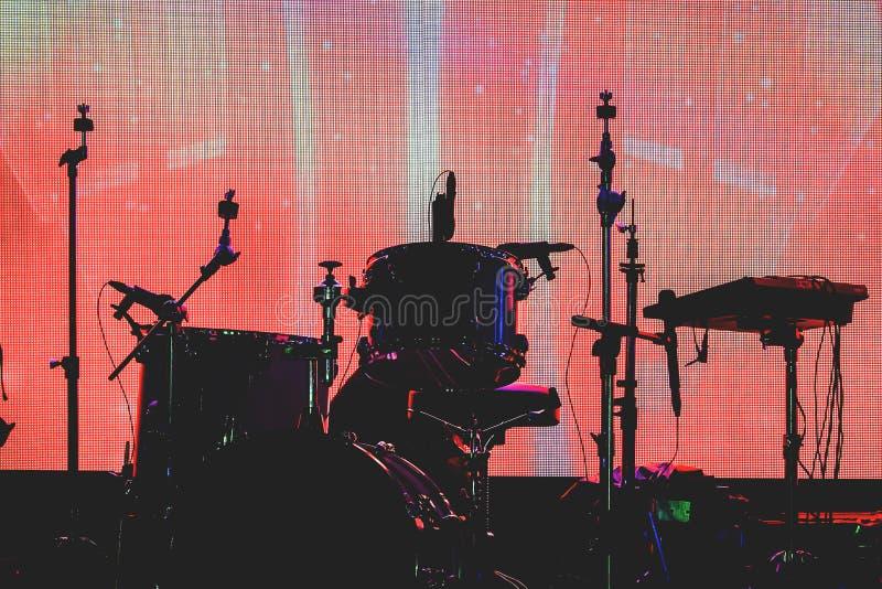 剪影套在音乐会期间的乐器 免版税库存图片