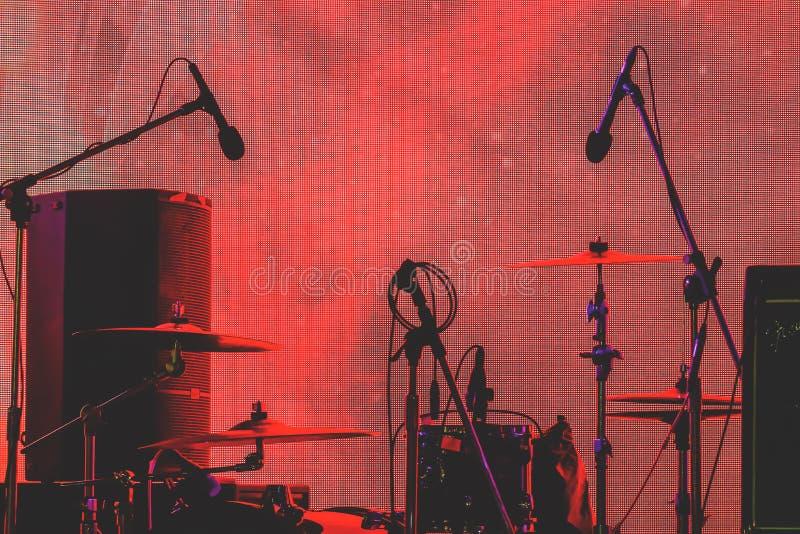 剪影套在音乐会期间的乐器 库存图片