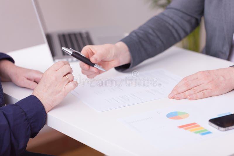 剪报庄稼如何我的对二名妇女的办公室路径建议 签的合同概念 免版税库存照片
