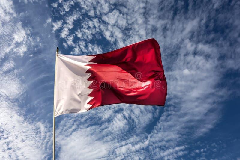 国家挥动在风的卡塔尔的旗子 免版税库存图片