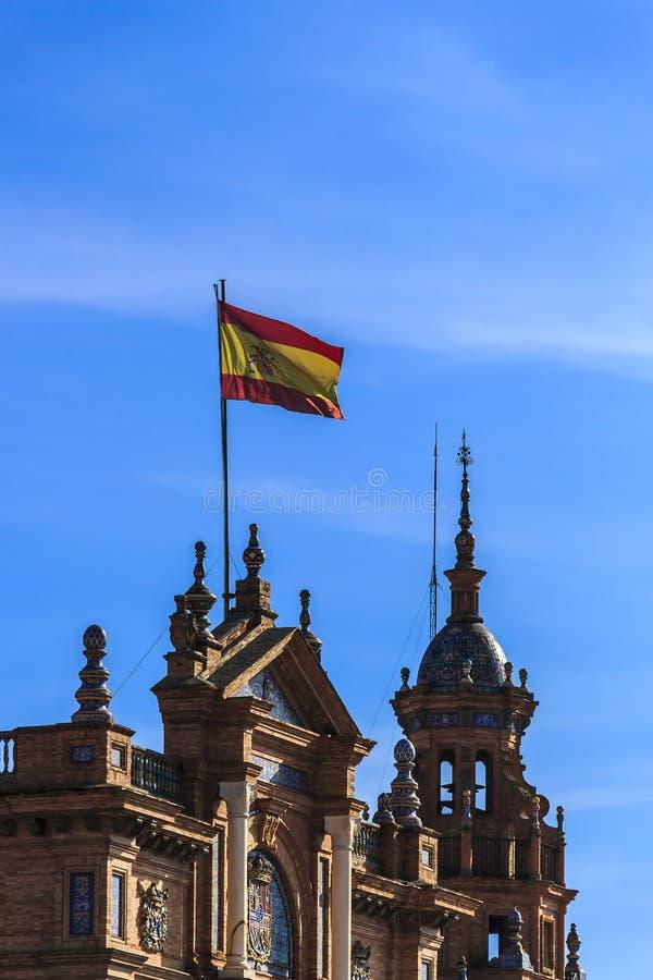 国旗,如果飞行高在西班牙广场,玛丽亚路易莎公园的西班牙 免版税图库摄影