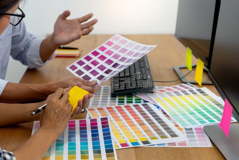 图形设计工作的团队工作 库存照片