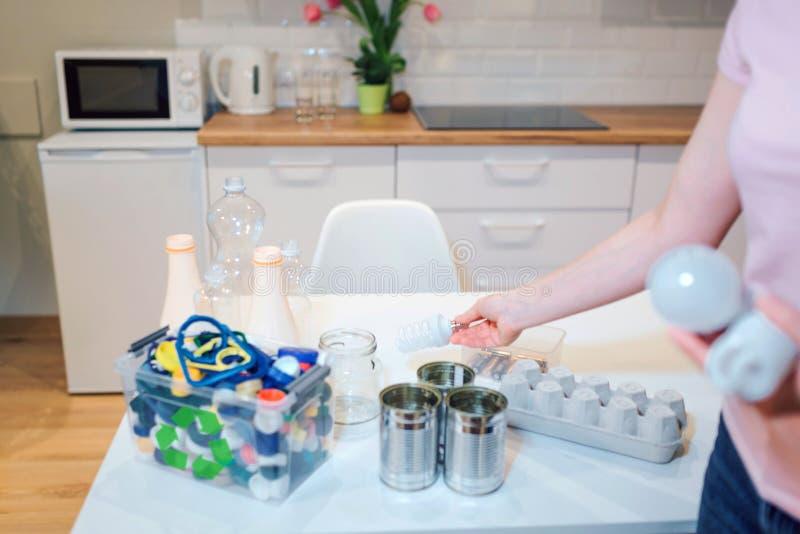 回收 分类金属,塑料,玻璃,纸,在厨房用桌上的电子废物 库存照片