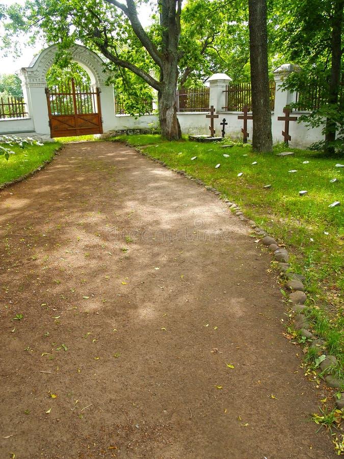Ścieżka zakazywać przy starym braterskim cmentarzem Valaam Spaso-Preobrazhensky stavropegial monaster zdjęcie royalty free