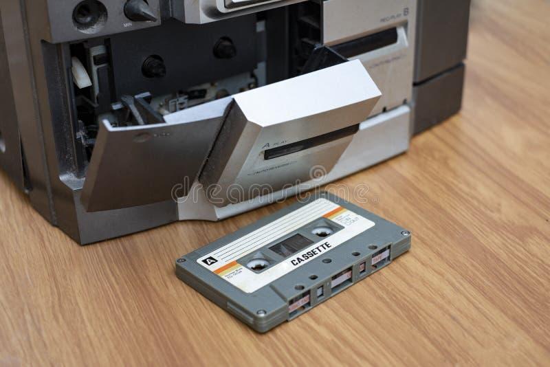 Ścisły kasety i taśmy dźwiękowej gracz na stołowym drewnianym tle zdjęcia royalty free
