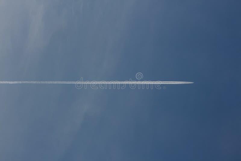 Ślad samolot który krzyżuje niebieskie niebo obrazy royalty free