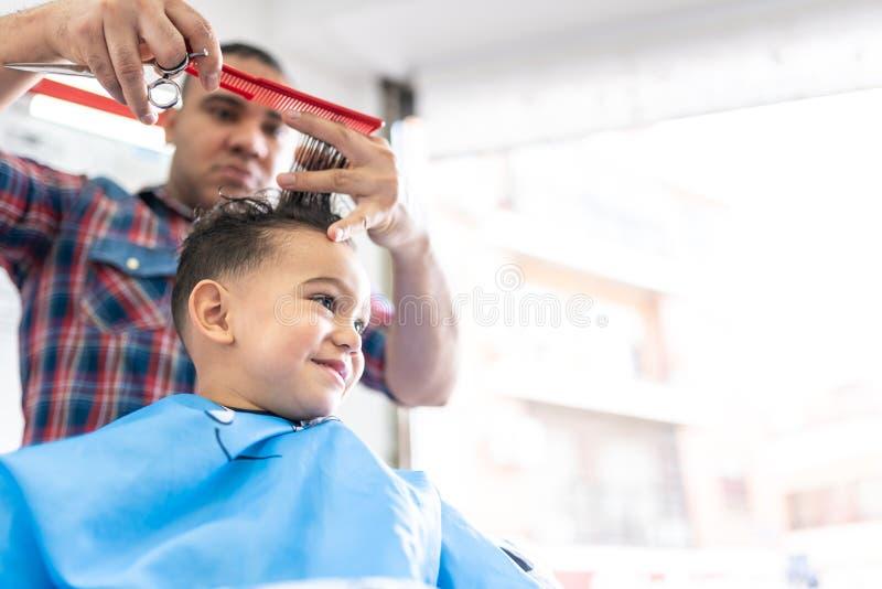 Śliczna chłopiec Dostaje włosy Ciący w fryzjera męskiego sklepie tła piękna błękitny pojęcia zbiornika kosmetyczny głębii szczegó zdjęcia royalty free