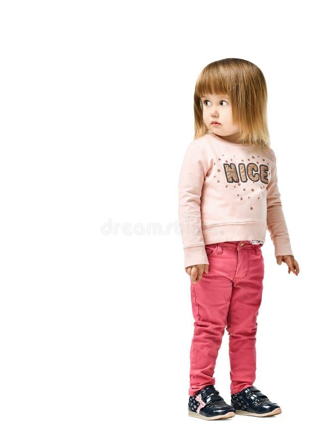 Śliczna llittle dziewczyna w cajgach odizolowywających na białym tle obrazy royalty free
