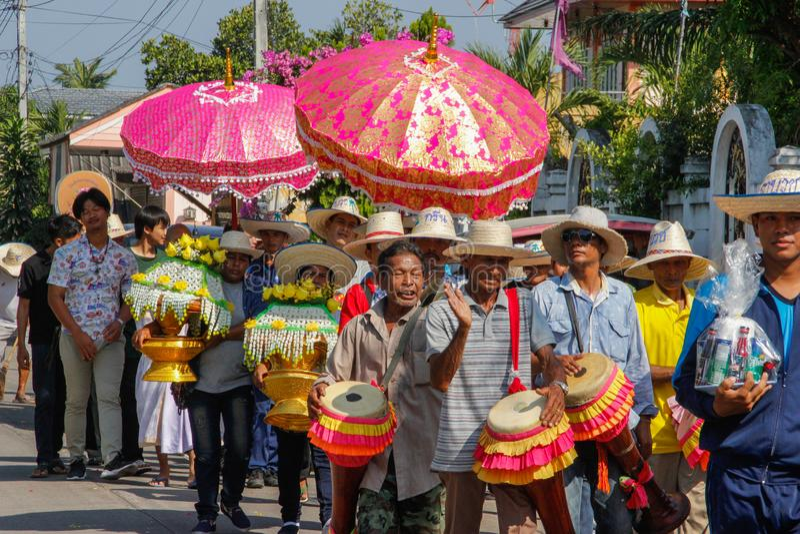 Ślubna ceremonia na ulicie Grupa rozochoceni ludzie bawić się bębeny i niesie kwitnie zdjęcia stock