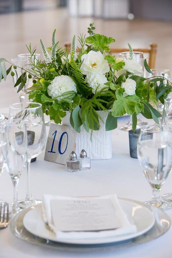 Ślubny stołu set dla grzywny łomota przy fantazją catered wydarzenie - poślubiać stołowe serie obrazy royalty free