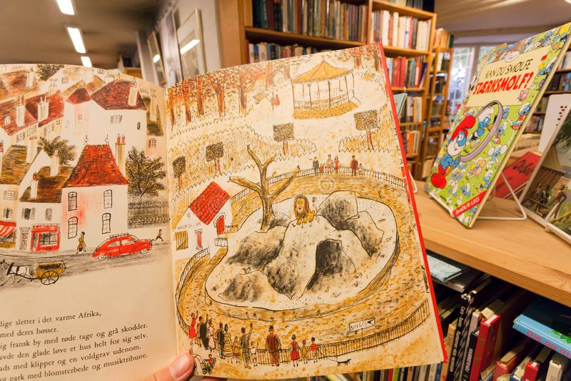 Śmieszne opowieści wśrodku książki dla dzieci, w dzieciaka wyborze bookstore obraz stock