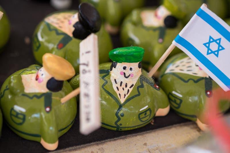 śmieszne pamiątkarskie izraelskiego żołnierza postacie dla sprzedaży przy rękodziełem wprowadzać na rynek fotografia stock