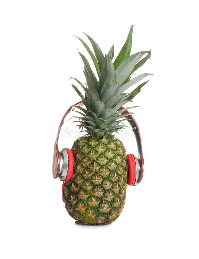 Śmieszny ananas z hełmofonami obraz royalty free