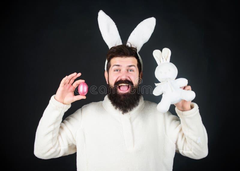 Śmieszny królika mężczyzna z Easter zabawką i jajkiem Wielkanocny aktywności pojęcie Jajeczna polowanie gra Faceta brodatego modn zdjęcia royalty free