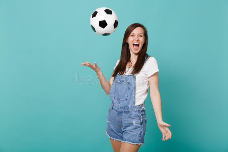 Śmieszny krzyczący młodej dziewczyny fan piłki nożnej rozwesela w górę poparcie faworyta drużynowy rzucać w górę piłki nożnej pił obraz royalty free