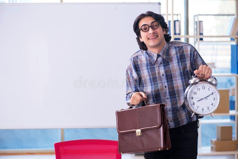 Śmieszny męski nauczyciel przed whiteboard zdjęcie royalty free