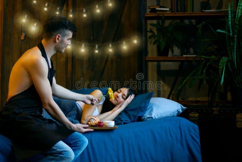 Śniadanie w łóżkowym i romantycznym pojęciu fotografia stock