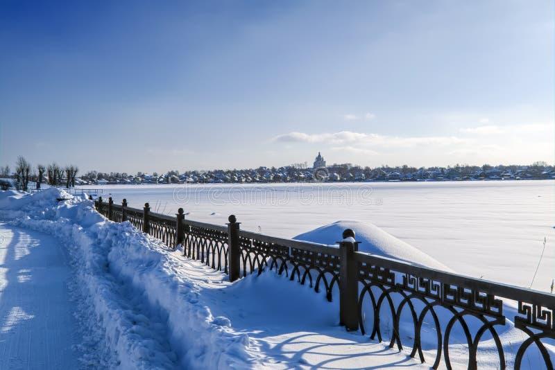 śnieżne aleje park na pogodnym zima dniu zdjęcia royalty free
