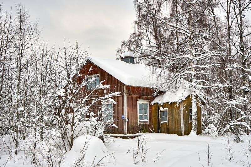 Śnieżny krajobraz i stary zaniechany dom fotografia royalty free