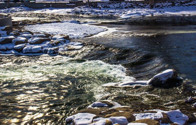 Śpieszyć się wody rzeka W zimie zdjęcie stock
