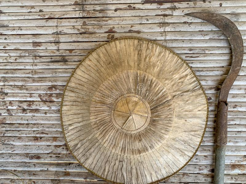 Średniorolny ryżowy kapelusz i motyki ogrodowy rolny wyposażenie zdjęcia stock