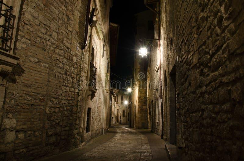 Średniowieczna stara ulica w Assisi nocą, Umbria, Włochy zdjęcie stock