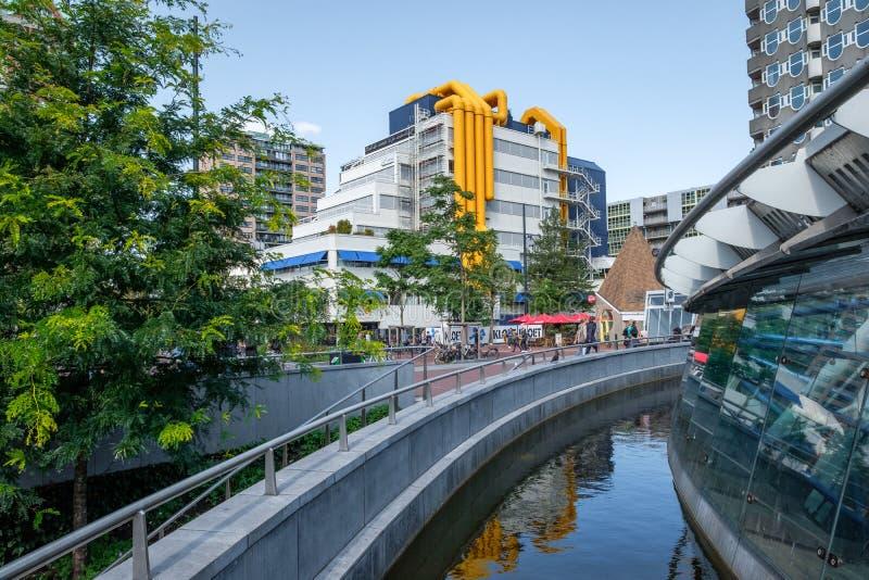 Środkowa biblioteka Rotterdam holandie z osobliwie żółtymi tubkami, zdjęcie stock