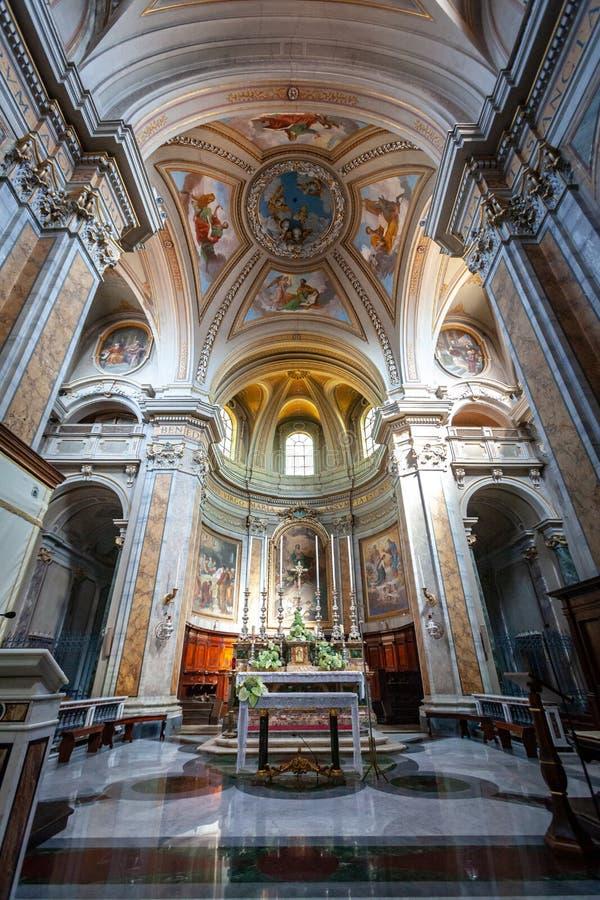 Środkowy nave z kaplicą, ołtarzem i apsydą wśrodku historycznego Włoskiego kościół w Sutri, Frescoes na przesklepionym suficie obrazy stock