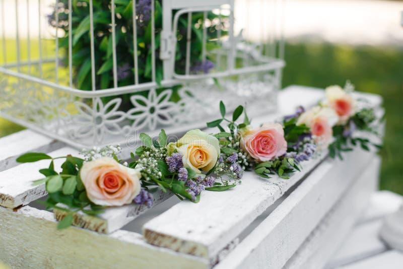 Świątecznych wieśniaka stylu dekoracji świezi kwiaty i biały birdcage na drewnianym pudełku dzień sunny lato zdjęcia royalty free