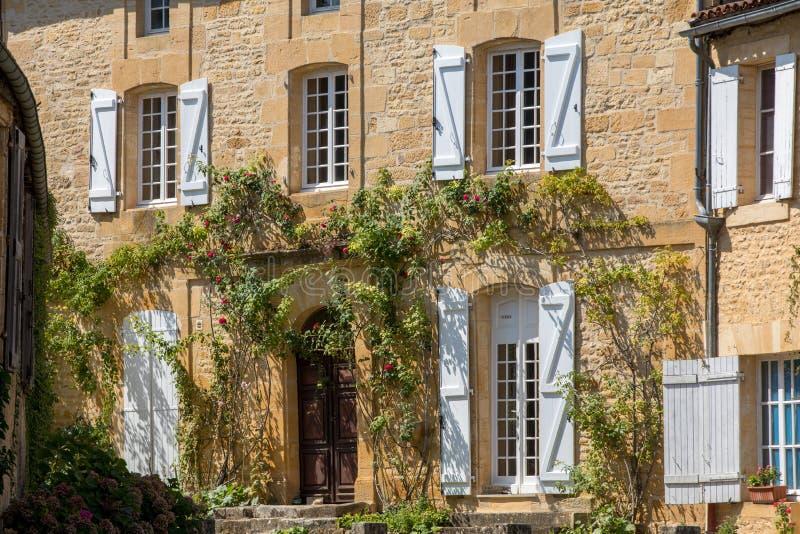 Świątobliwi Genies są uroczy; wioska między Montignac i Sarlat Przy centre wioska jest piękny zespołu składać się zdjęcie royalty free